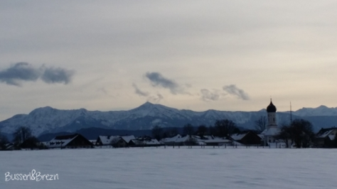 Ausflug Osterseen Blick auf Alpen und Kirche